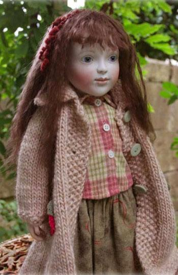 Here specially for autumn is a very special edition of Olivia, just 10 pieces.  She has a lovely natural brown mohair wig. She is dressed in a lovely soft green flannel skirt and check blouse over which she wears a handknitted gorgeous soft pure wool coat with lovely handknitted flower pockets.